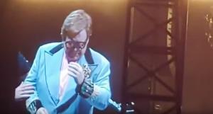 Elton John explica entre lágrimas que no puede seguir actuando, en estadio Mount Smart en Auckland.
