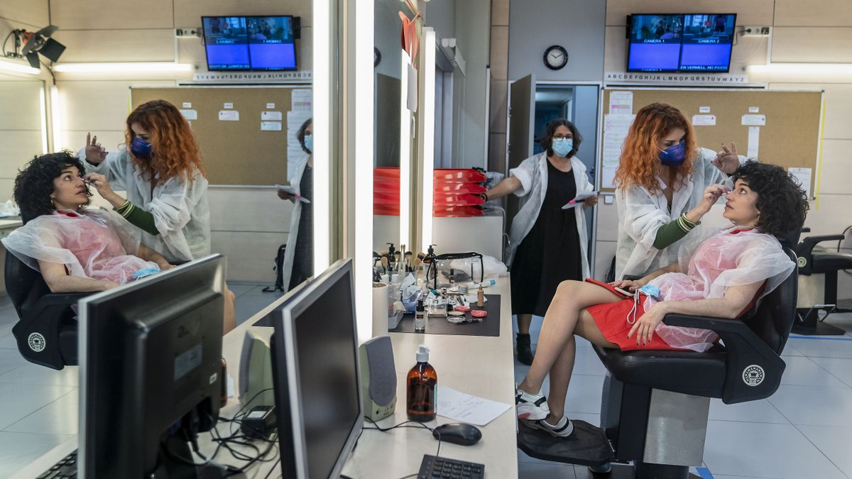 Restricciones por el covid en una sala de maquillaje de una cadena de televisión.