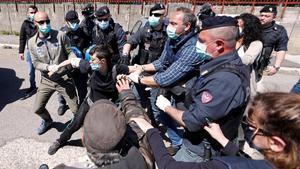 La policía italiana detiene a un manifestante frente a la prisión de Rebibbia que protestaba por las condiciones de los presos, el pasado 16 de abril.