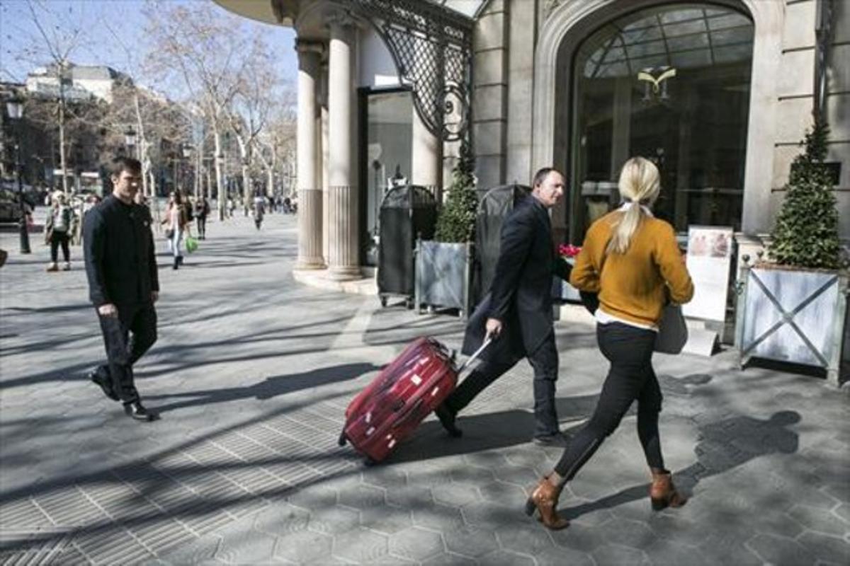 Una pareja de turistas, en el centro de Barcelona.