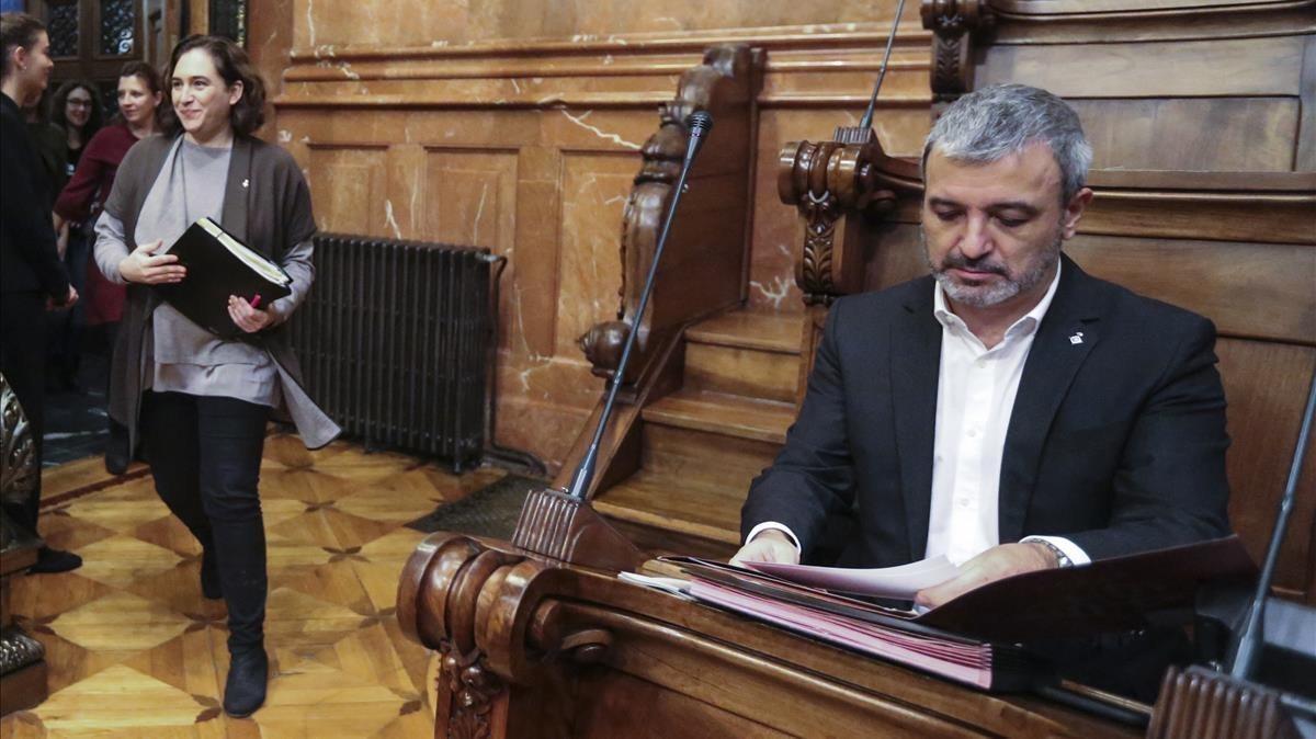 Collboni y Colau en un pleno municipal, el pasado 24 de noviembre.