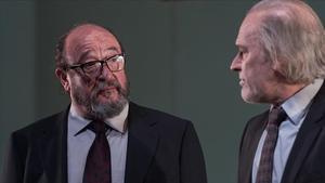 Pep Cruz (izquierda) y Lluís Homar, en una escena del montaje 'El professor Bernhardi', que Xavier Albertí estrena en el TNC.