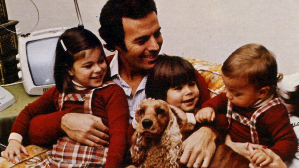 Julio Iglesias, con sus hijos Chabeli, Julio José y Enrique, a finales de los 70.