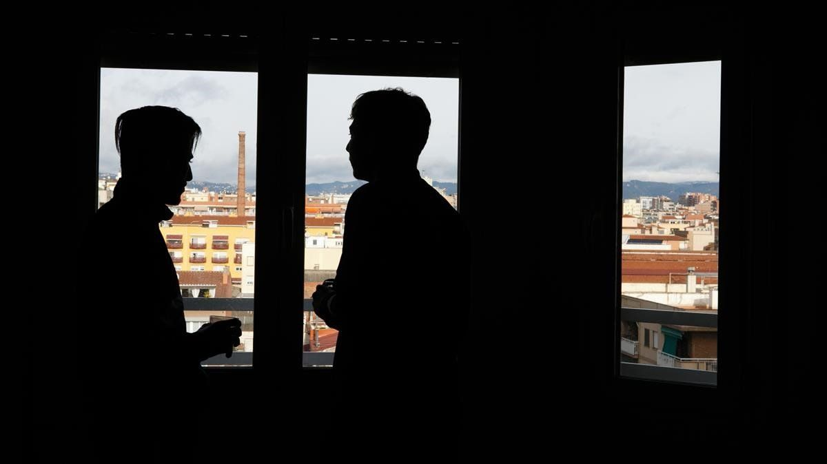 Mohamed y Slimani, mirando las vistas de Sabadell des del piso de inserción en el que viven.