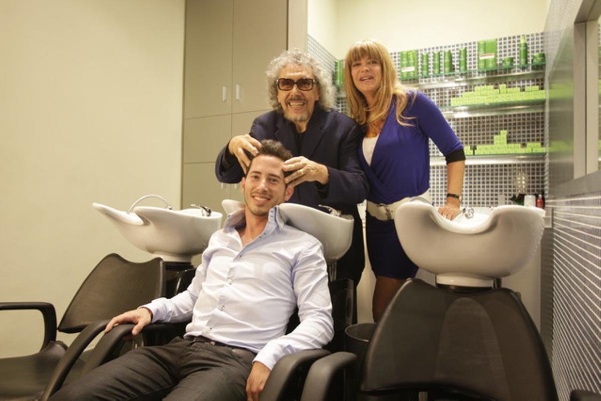 Llongueras con su nieto y su mujer en la inauguración de su nueva peluquería ecológica