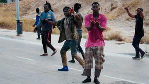 Almenys 300 immigrants subsaharians entren a Melilla saltant la tanca
