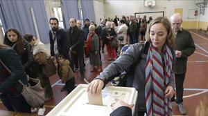 Una votante participa en Marsella en las primarias para elegir al candidato de la derecha a las presidenciales del 2017.