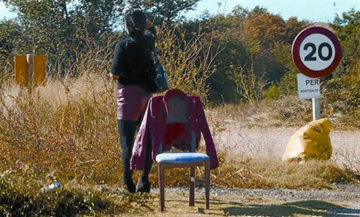 Una prostituta en una carretera de Pontós, en el Alt Empordà.