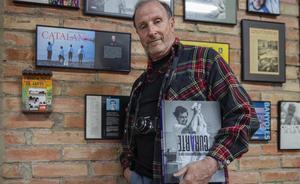 Tino Soriano comenta las fotografías de su libro 'CurArte'. En la foto, Soriano en su casa de Banyoles.