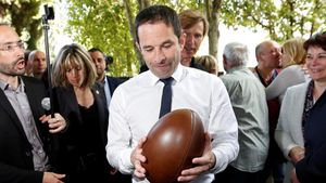 Hamon sujeta un balón de rugbi durante una visita de campaña a Aignan, el 17 de abril.