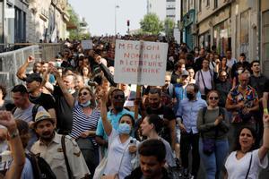 Protesta contra la política de vacunación y las restricciones del Gobierno de Macron, este sábado en París.