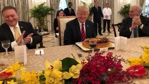 Trump, delante de una tarta anticipada de cumpleaños. Cumplirá 72 años el jueves.