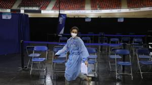 Una enfermera francesa en un centro de vacunación.