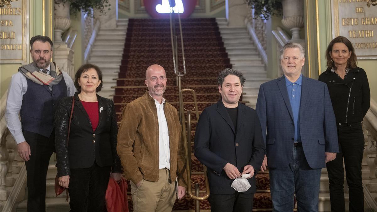De izquierda a derecha: El barítono Carlos Alvarez, la soprano  Krassimira Stoyanova,  Victor Garcia de Gomar,  director artístico del Liceu,   Gustavo Dudamel, director musical, Gregory Kunde y Amelie Niermeyer,  directora de escena de 'Otello'.