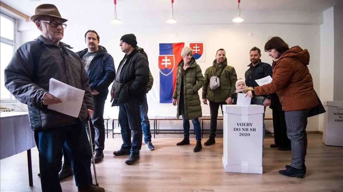 Votantes en un colegio de Bratislava.