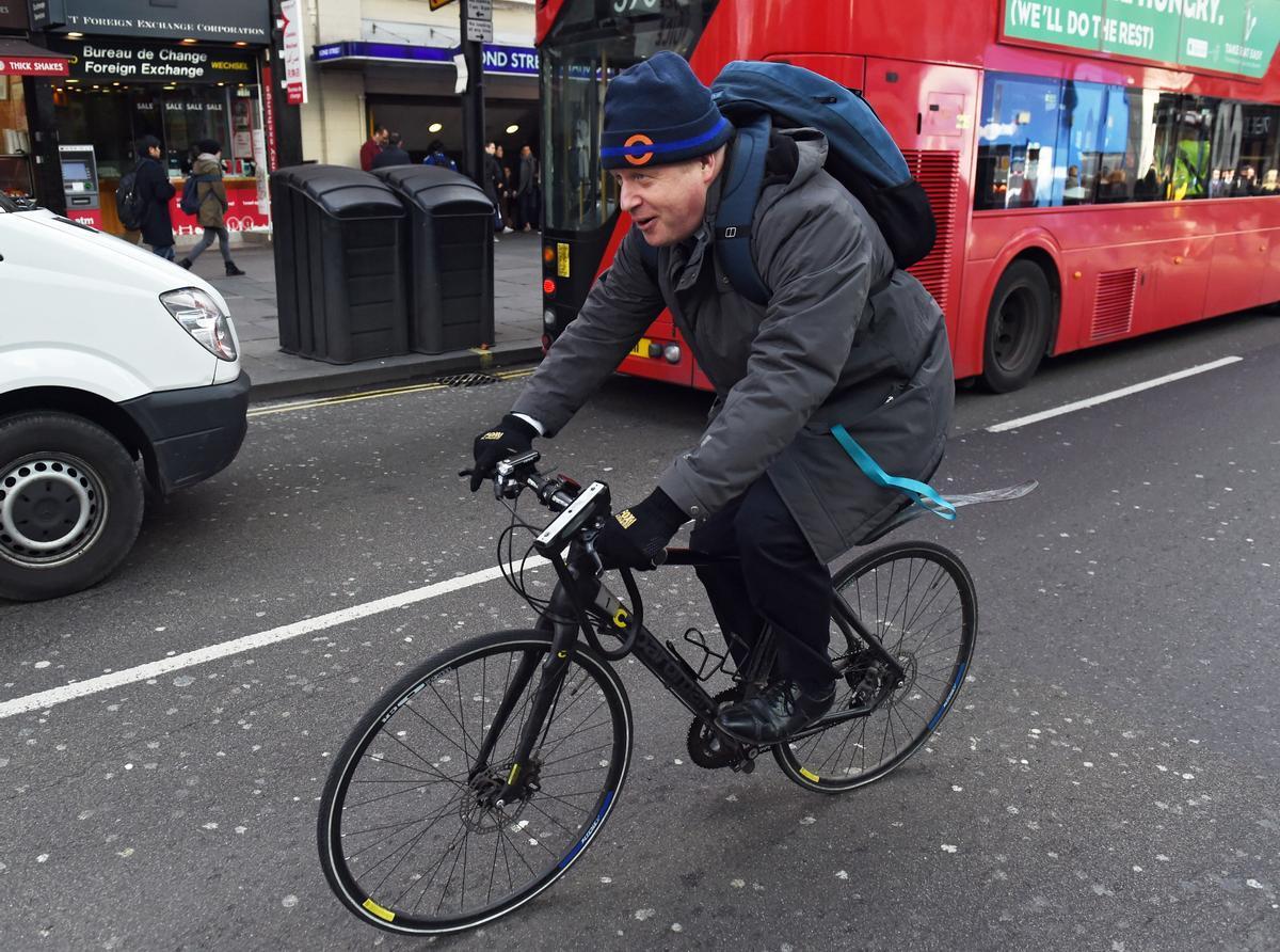 Crítiques a Johnson per sortir en bicicleta en ple confinament