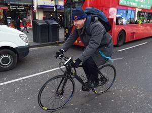 Boris Johnson en bicicleta en una imagen de archivo.