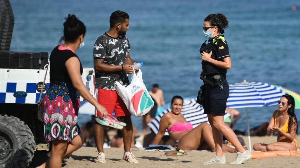 La Guardia Urbana patrullando por la playa de Barcelona