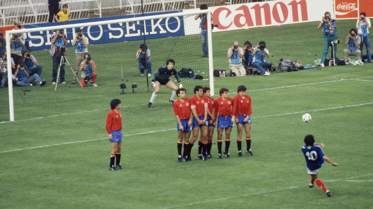 Platini lanza la falta que se colará bajo el cuerpo de Arconada en la final de la Eurocopa-84.