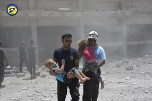 Voluntarios de la Defensa Civil con niños, tras un bombardeo en Daraa.