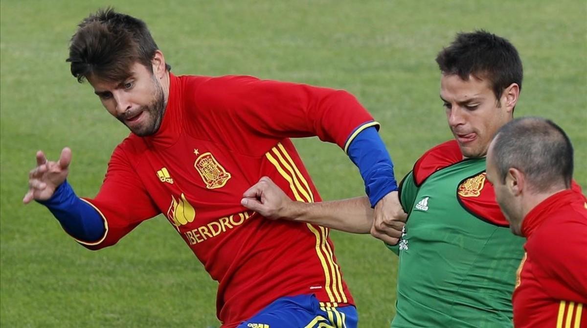 Piqué, junto a Azpilicueta e Iniesta, en un entrenamiento.