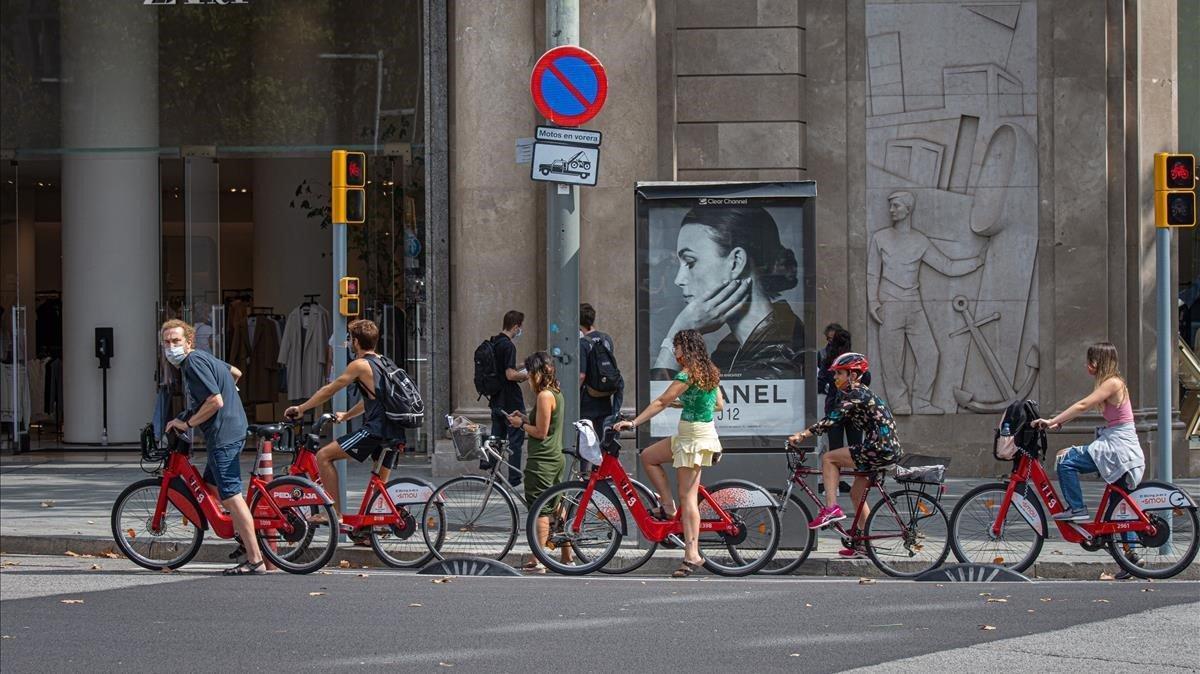 Usuarios del Bicing, este martes en el cruce del paseo de Gràcia con Gran Via.