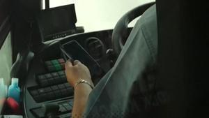 Denunciado un conductor de autobús de Cádiz que conducía y miraba su móvil.