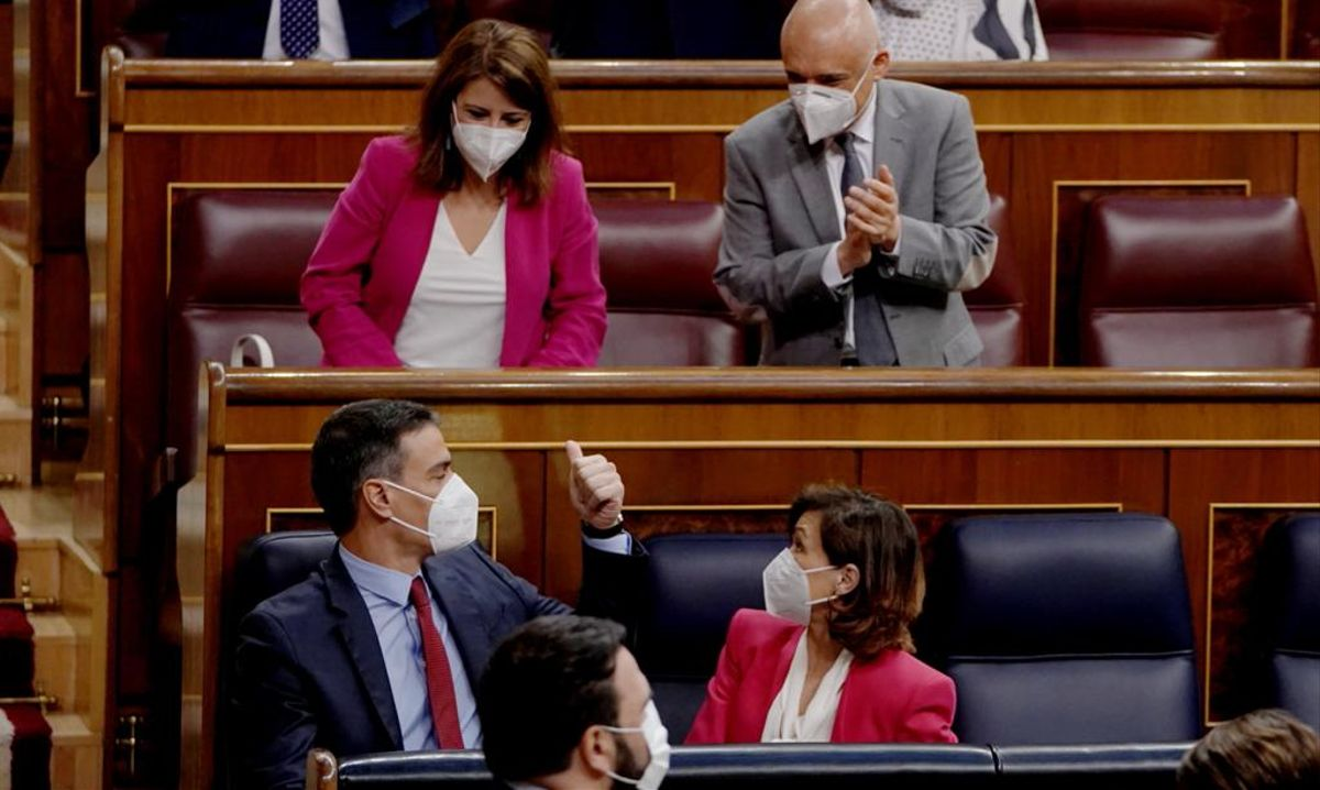 Aplausos a Sánchez a su llegada al Congreso.