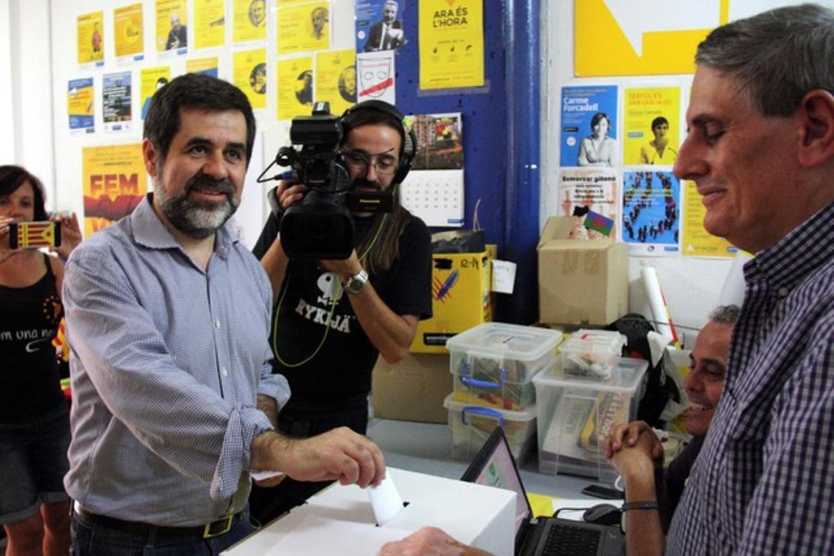 Jordi Sànchez introduce su voto durante la consulta interna de la ANC, este sábado.