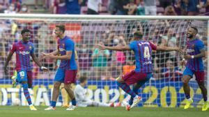 Ansu Fati felicitado por sus compañeros tras anotar el tercer gol en su reaparición ante el Levante