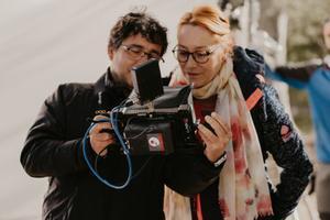 La realizadora Gracia Querejeta con el cámara, durante el rodaje.