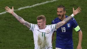 McClean alza los brazos junto a Bonucci.