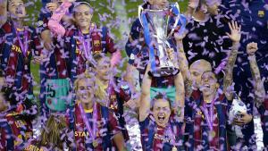 Las jugadoras del Barça, con el trofeo de la Champions