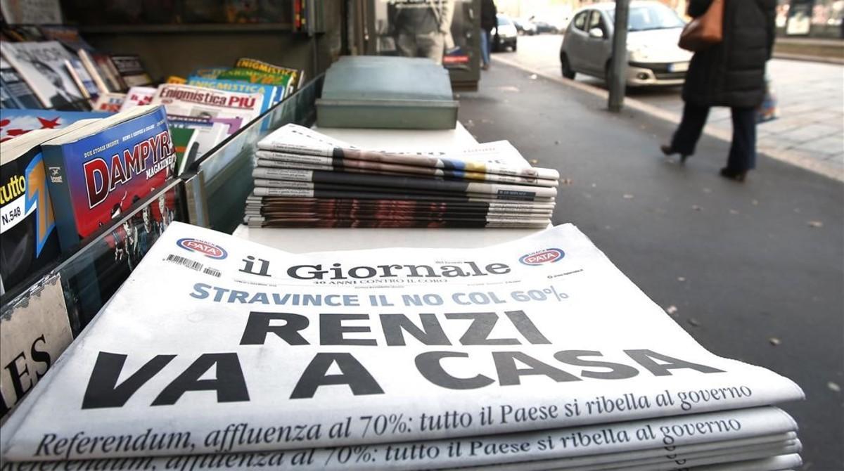 Un ejemplar de 'Il Giornale', que titula en portada 'Renzi se va a casa', en un quiosco de Milán, este lunes.