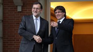 El presidente del Gobierno en funciones, Mariano Rajoy, y el de la Generalitat, Carles Puigdemont, en la Moncloa.
