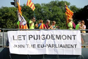 Pancarta en el puente de Joseph Bech que exige que Puigdemont pueda ejercer como eurodiputado.