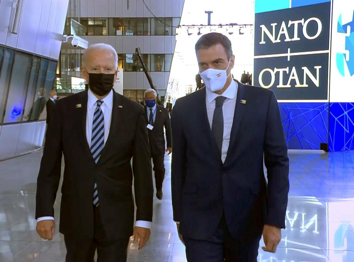 El presidente del Gobierno, Pedro Sánchez, y el presidente de Estados Unidos, Joe Biden, el pasado 14 de junio durante su breve encuentro en Bruselas, en la cumbre de la OTAN.