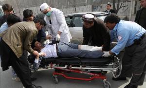 Traslado de heridos tras un tiroteo mortal en Kabul (Afganistán).