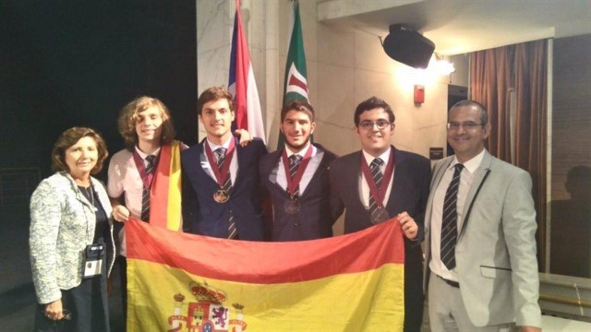 El ganador de la Olimpiada de Física junto a la delegación española.