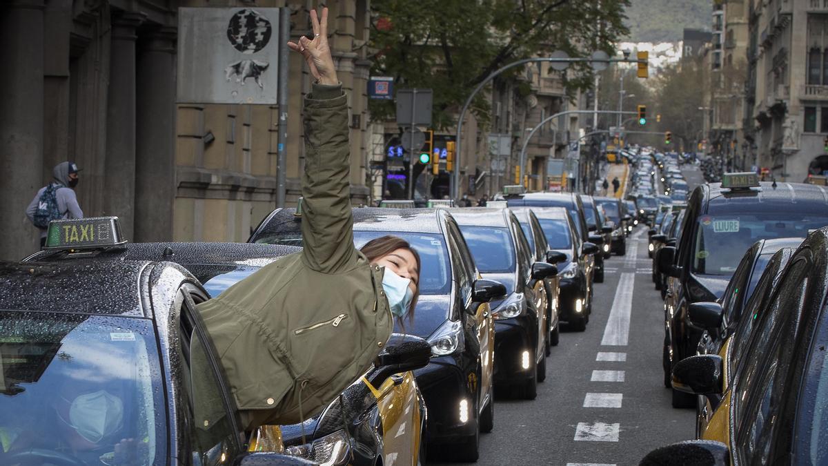 Los taxis protestan contra Uber con una marcha lenta por Barcelona. FOTO Y VÍDEO: FERRAN NADEU