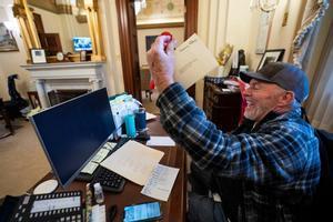 Un seguidor de Trump, en el despacho de la demócrata Nancy Pelosi.