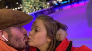 Critican a David Beckham por besar en los labios a su hija.