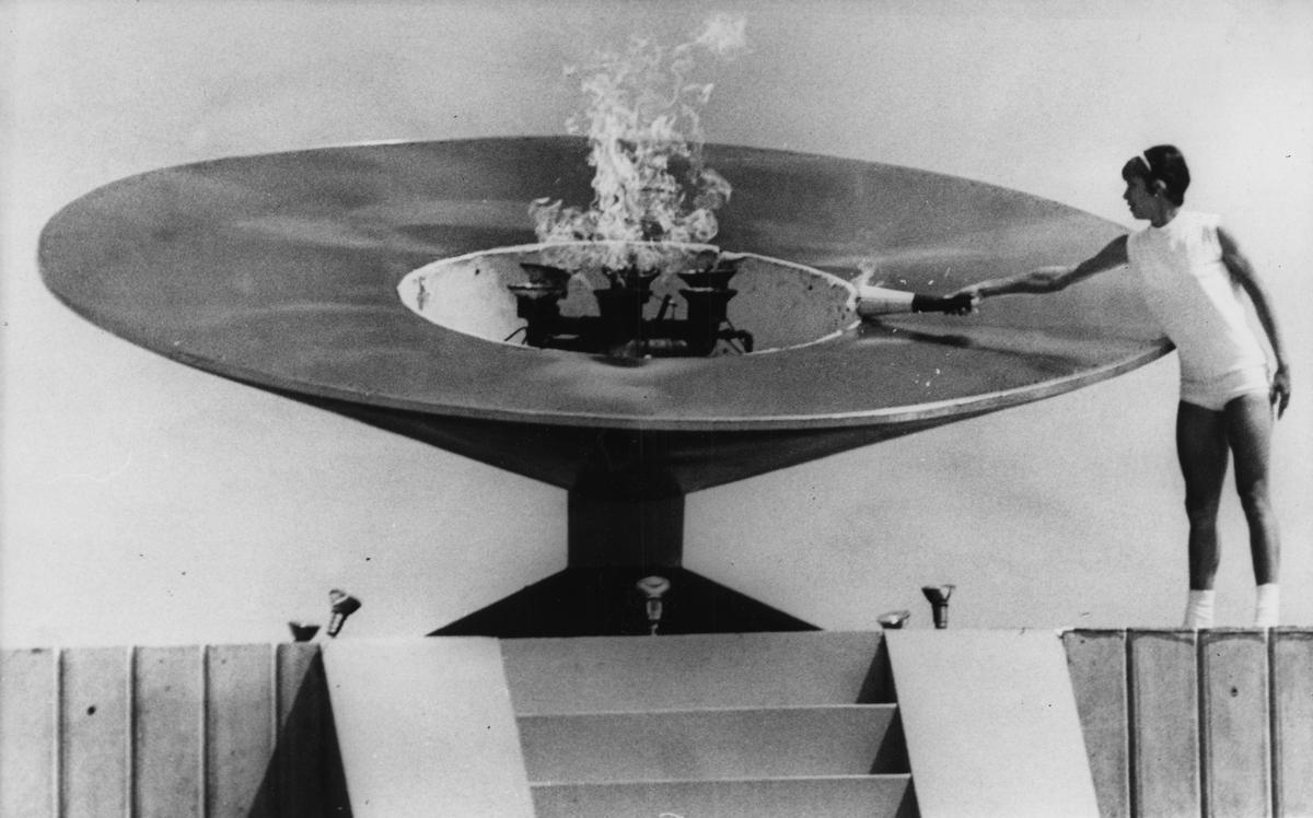Enriqueta Basilio, encendiendo el pebetero de México 1968.