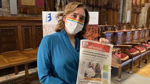 La alcaldesa Ada Colau sostiene un ejemplar con el nuevo diseño de EL PERIÓDICO