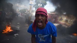 En la capital, la Policía lanzó gases lacrimógenos e hizo disparos al aire para disolver a los manifestantes que intentaban llegar al Parlamento al final de la marcha.