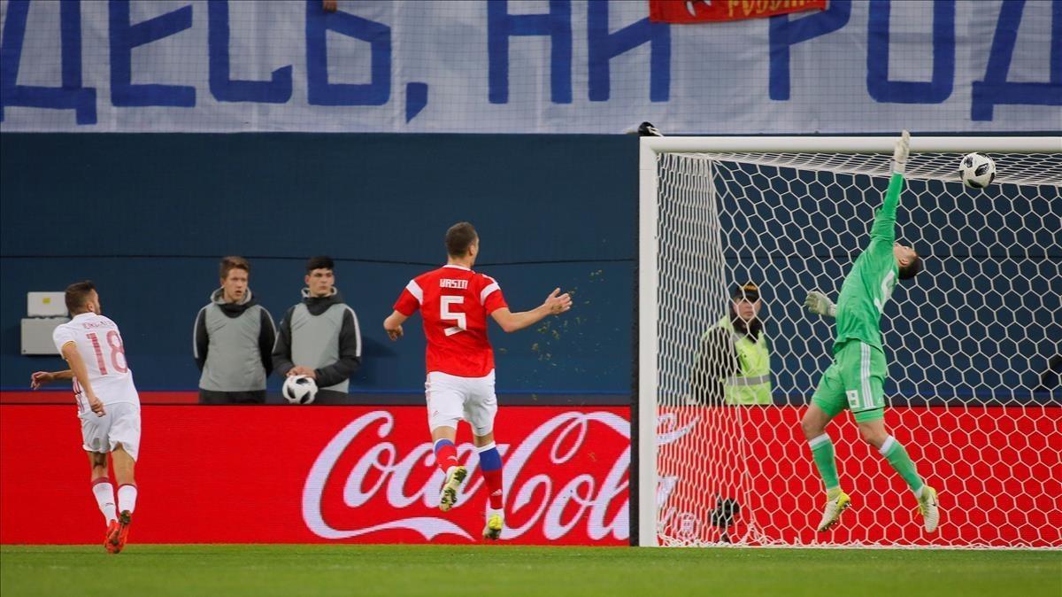Jordi Alba marca el primer gol de la selección española con un gran cabezazo.