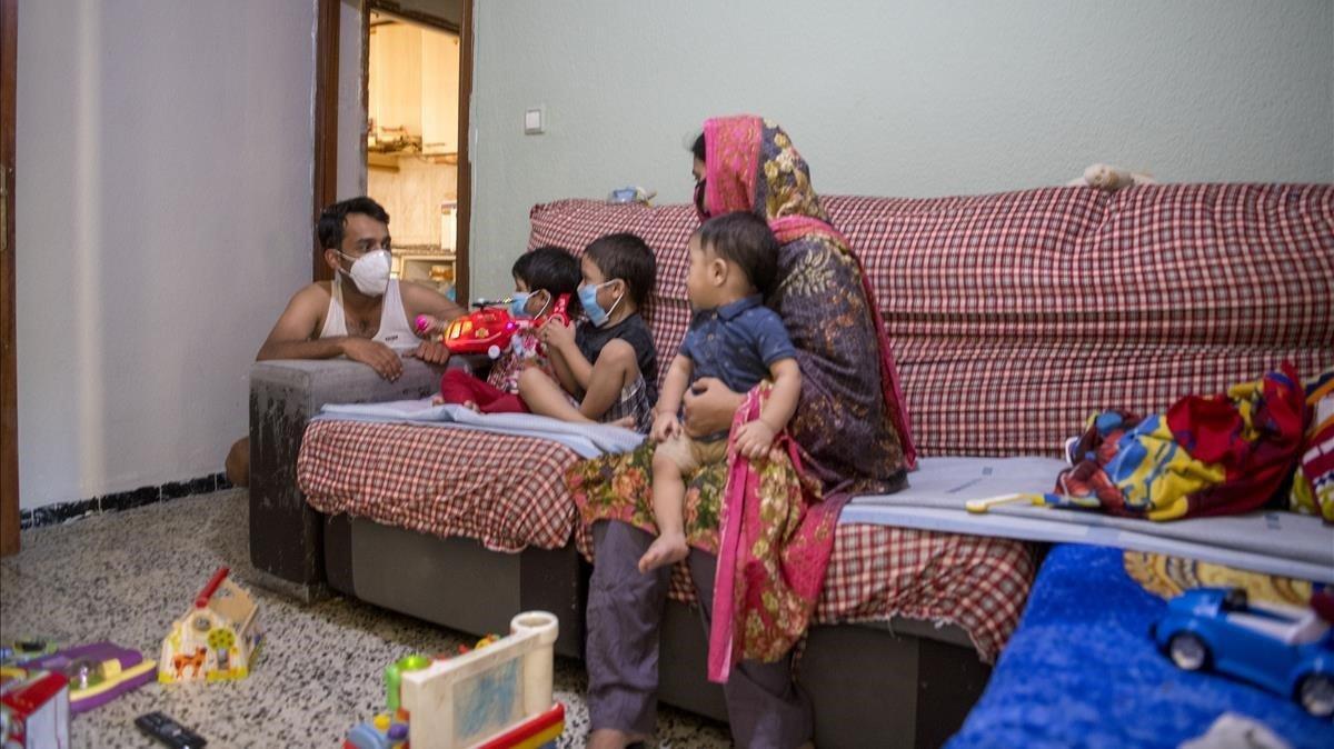 Sara, su marido y sus tres hijos permanecen en su piso bajo la amenaza de un posible desahucio.
