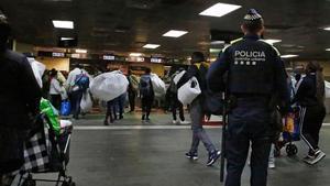 La Guardia Urbana desaloja a los manteros del vestibulo de la estación de Renfe de Plaçade Catalunya, esta martes por la tarde.