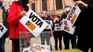 Miembros de Catalans per la Independència pidiendo el voto independentista.