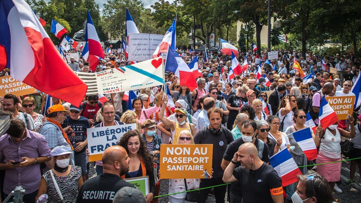 Miles de manifestantes se reúnen en París para protestar contra la obligatoriedad del pasaporte covid.